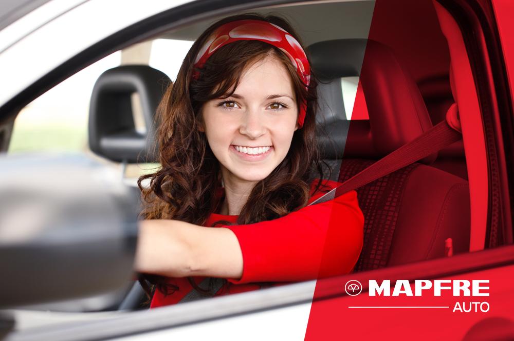 Adolescentes comprando seguro de auto